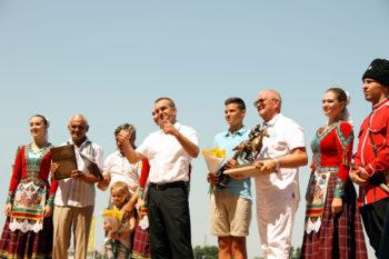 Губернатор Кубани Вениамин Кондратьев наградил лучшего наездника главных скачкексезона.