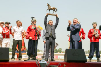 Свой приз вручил председеталь ЗСК Владимир Бекетов.