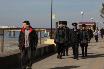 Казаки-дружинники совместно с полицией патрулируют набережну. города Сочи