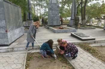 Уборка памятников Братская могила ВОв Голубицкая