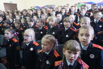 Казачата поют гимн школы