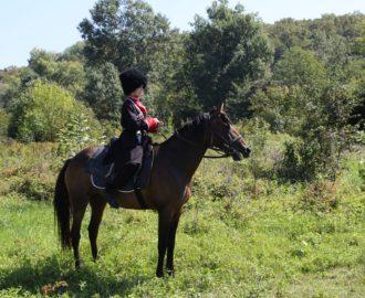 Глеб Осипов верхом на лошади, подаренной ему его отцом Германом, иереем Свято-Ильинского храма города Хадыженска